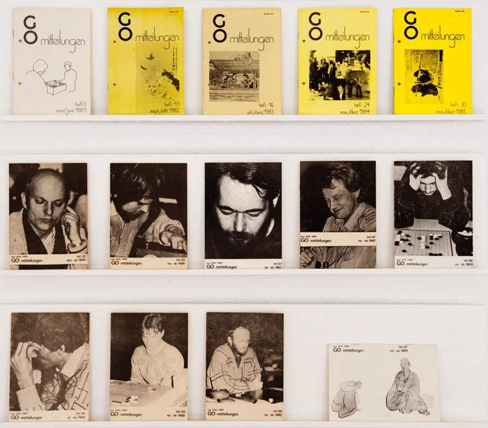 """Originale Ausgaben der """"Go-Mitteilungen"""". Links oben Heft 3 (Mai/Juni 1981), rechts unten die letzte erschienene Ausgabe (Heft 57, Mai/Juni 1990)."""