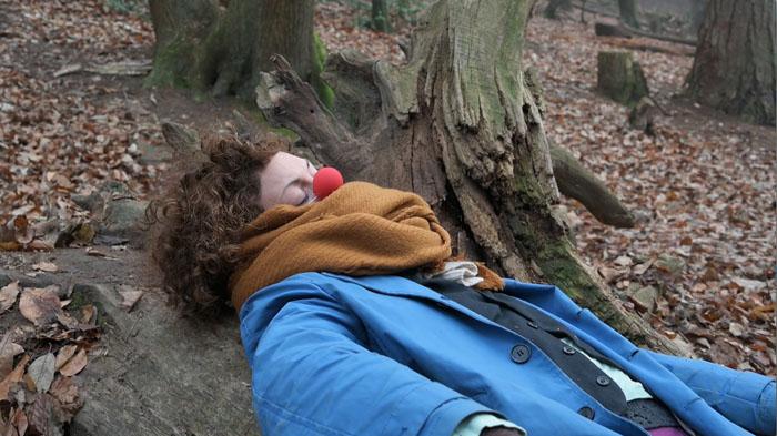 """Erschöpfung, Schlaf, Traum. Sarah Herr in der Entotsu-Episode """"Wald"""". Videostill"""
