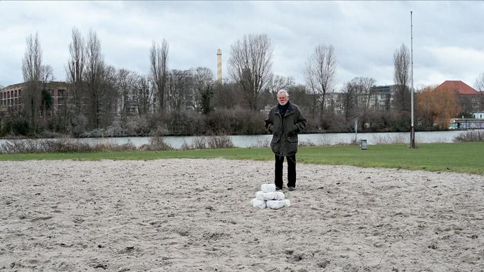 Clown 1 (Max Geiger) auf dem Beachball-Feld. (Videostill)