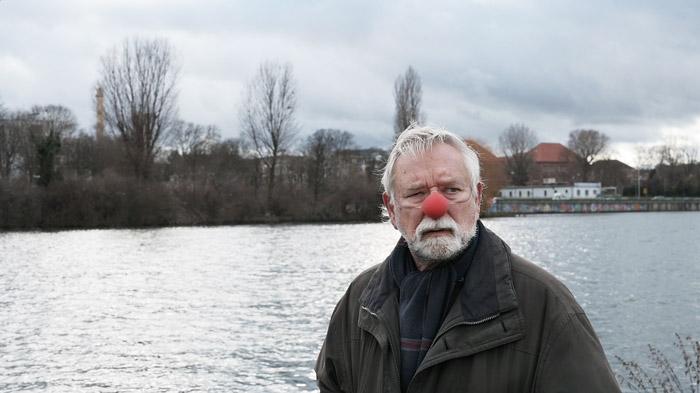 """Entotsu und Clown - Max Geiger in der Episode """"Neckarwiese"""". (Videostill)"""
